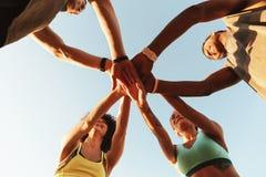 Bild von vier Sportleuten kreuzte ihre Hand Lizenzfreies Stockfoto