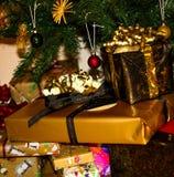 Bild von Weihnachtsgeschenken unter einen Weihnachtsbaum lizenzfreie stockbilder