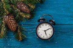 Bild von Weihnachtsniederlassungen der Tanne und der Uhren Stockfoto