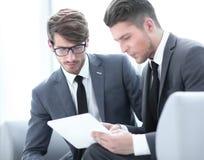 Bild von zwei erfolgreichen Teilhabern, die herein bei der Sitzung arbeiten lizenzfreie stockfotografie