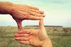 Bild von zwei Händen, die Landschaftsaufbau gestalten stockfotos