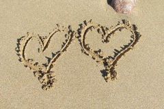 Bild von zwei Herzen auf dem Sand Stockfotos