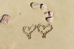 Bild von zwei Herzen auf dem Sand Lizenzfreie Stockfotos
