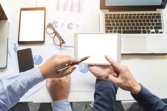 Bild von zwei jungen Geschäftsmännern, die mit Laptop, Tablette, smar arbeiten Lizenzfreie Stockbilder