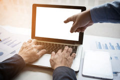 Bild von zwei jungen Geschäftsmännern, die mit Laptop, Tablette und f arbeiten Stockbilder