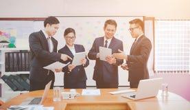 Bild von zwei jungen Geschäftsmännern unter Verwendung der Berührungsfläche bei der Sitzung stockfotos