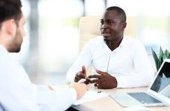 Bild von zwei jungen Geschäftsmännern Stockfotos