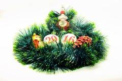 Bild Weihnachtsdekoration glänzendes Spielzeug auf einem grünen garla Lizenzfreie Stockfotografie