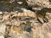 Bildade naturligt slumpmässiga modeller vid floden royaltyfria foton