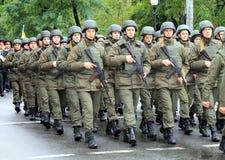 Bildande av soldater av den ukrainska armén Berömmen av försvararen av fäderneslanddagen Royaltyfria Foton