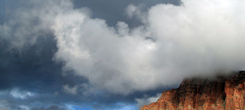 Bildande för stackmolnmoln över en klippaöverkant Royaltyfri Fotografi