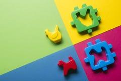 Bildande framkallande leksakram för ungar på färgrik bakgrund Top beskådar Lekmanna- lägenhet Kopiera utrymme för text Fotografering för Bildbyråer
