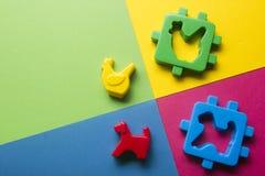 Bildande framkallande leksakram för ungar på färgrik bakgrund Top beskådar Lekmanna- lägenhet Kopiera utrymme för text Arkivfoton