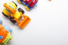 Bildande framkallande leksakram för ungar på vit bakgrund Top beskådar Lekmanna- lägenhet Kopiera utrymme för text Royaltyfri Foto