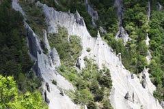Bildandet av jordpyramider i den franska Hautesen-Alpes royaltyfri fotografi