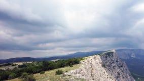 Bildandet av moln mellan bergen och havet Black Sea Sommar Timelapse stock video