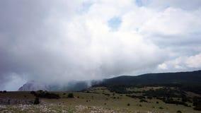 Bildandet av moln mellan bergen och havet Black Sea Sommar Timelapse lager videofilmer