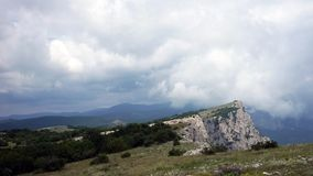 Bildandet av moln mellan bergen och havet Black Sea Sommar Timelapse arkivfilmer
