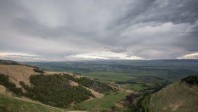 Bildandet och förehavanden av moln, upp till som stupen av bergen av centrala Kaukasus når en höjdpunkt stock video