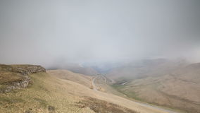 Bildandet och förehavanden av moln, upp till som stupen av bergen av centrala Kaukasus når en höjdpunkt lager videofilmer