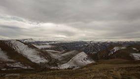 Bildandet och förehavanden av moln, upp till som stupen av bergen av centrala Kaukasus når en höjdpunkt arkivfilmer