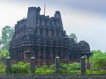 Bilden av Ambreshwar Shiv Temple In Heavy Rain, sköt mycket, den hinduiska templet för det historiska 11th-århundradet Royaltyfri Foto