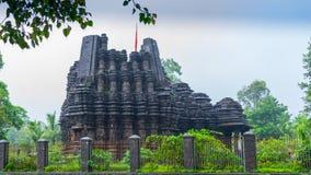 Bilden av Ambreshwar Shiv Temple In Heavy Rain, sköt mycket, den hinduiska templet för det historiska 11th-århundradet Royaltyfri Fotografi