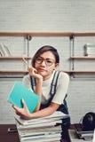 Bilden av asiatiska kvinnor var lycklig att lära från läsning Arkivbilder