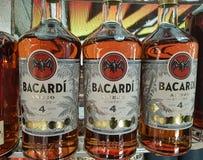 Bilden av Bacardi buteljerar till salu, utmärkt en bekant rom som göras i Puerto Rico och, exporterade lite varstans världen fotografering för bildbyråer