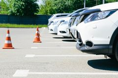 Bilden av bilar på parkering royaltyfria foton