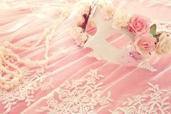 Bilden av den delikata eleganta venetian maskeringen över snör åt bakgrund Selektivt fokusera Royaltyfria Foton