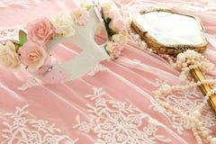 Bilden av den delikata eleganta venetian maskeringen över snör åt bakgrund Selektivt fokusera Royaltyfri Fotografi