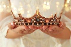 bilden av den härliga damen med vit snör åt den hållande diamantkronan för klänningen medeltida period för fantasi royaltyfri foto