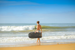 Bilden av den härliga flickan med bodyboard, ordnar till för gyckel pink scallop seashell royaltyfria foton