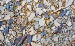 bilden av den lilla kiselstenen vaggar på jordtextur för sprucket cement Royaltyfri Bild