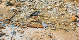 bilden av den lilla kiselstenen vaggar på jordtextur för sprucket cement Arkivbild