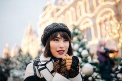 Bilden av den lyckliga kvinnan går på på gatan arkivfoton