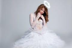 Bilden av den nätta rödhåriga flickan klädde som ängel Fotografering för Bildbyråer