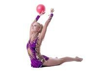 Bilden av den rytmiska gymnasten utför med bollen arkivbild