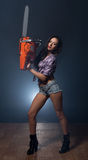 Bilden av den sexiga modellen främjar den moderna chainsawen Arkivbild