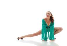 Bilden av den sinnliga dansaren i gräsplan gå-går dräkten Arkivfoto