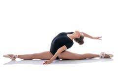Bilden av den trevliga ballerina utför behagfullt splittringar royaltyfria bilder