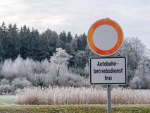 Bilden av den tyska gatan undertecknar i vinterlandskap arkivfoton