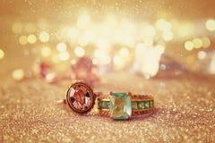 Bilden av eleganta guld- cirklar på guld blänker bakgrund Arkivbilder