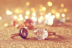 Bilden av eleganta guld- cirklar på guld blänker bakgrund Royaltyfri Fotografi