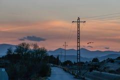 Bilden av elektricitet står högt på solnedgången royaltyfria bilder