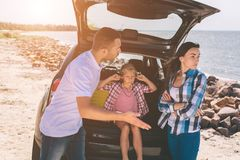 Bilden av en familj grälar i bilen Royaltyfri Foto