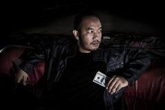 Bilden av en man som ser som en maffia Arkivbild