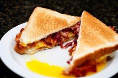 Bilden av ett rostat ägg och bacon skjuter in Arkivbilder