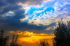 Bilden av färgrika moln i himlen arkivbilder